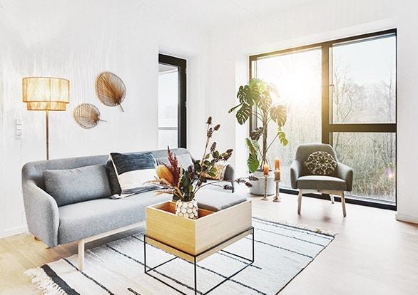 stue med solskin gennem vinduet