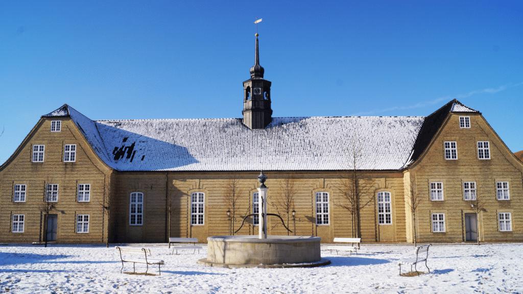 springvand i sne foran bygning